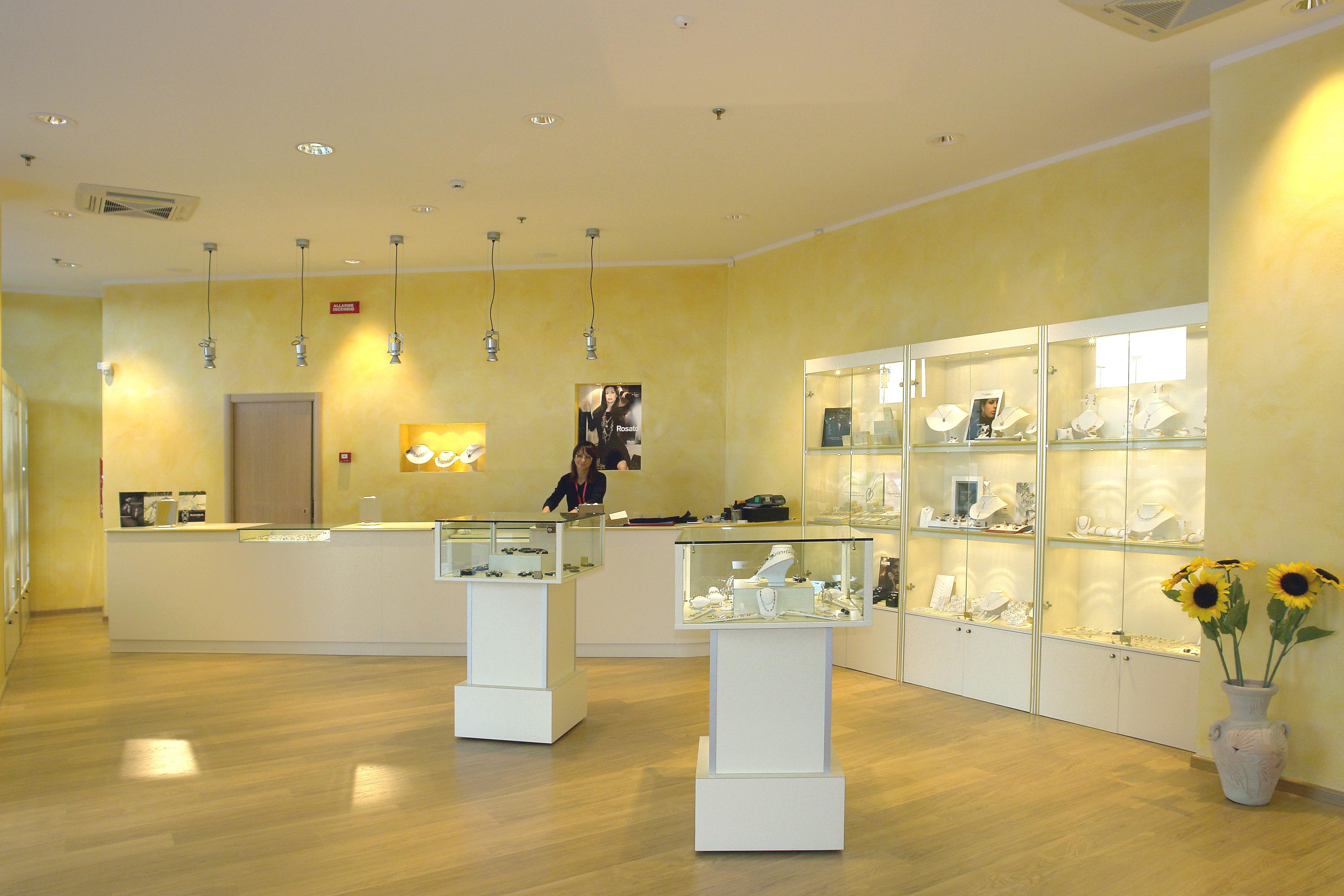 Arredamenti per negozi compra in fabbrica banconi per for Negozi arredamento ancona
